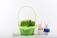 Coniglietto di pasqua con un canestro verde Fotografia Stock Libera da Diritti