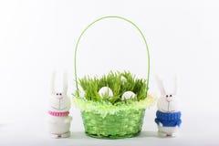 Coniglietto di pasqua con un canestro verde e le uova bianche Fotografia Stock Libera da Diritti