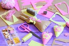 Coniglietto di pasqua del feltro con la decorazione dei cuori Idea della decorazione della parete di Pasqua Le forbici, puntaspil Fotografia Stock