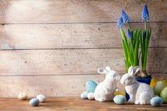 Coniglietto di pasqua di arte ed uova di Pasqua fotografie stock libere da diritti