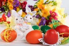 Coniglietto di pasqua ed uova di Pasqua. Immagine Stock