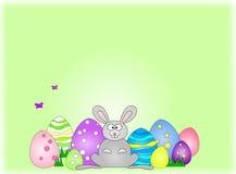 Coniglietto di pasqua felice attraverso le uova Fotografia Stock