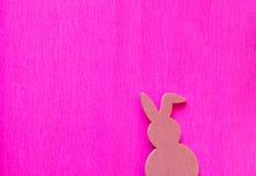 Coniglietto di pasqua rosa su un fondo rosa fotografia stock libera da diritti