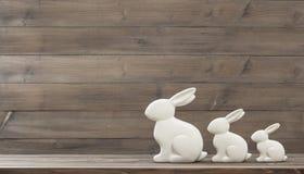 Coniglietto di pasqua sopra fondo di legno immagine stock libera da diritti
