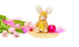 Coniglietto di pasqua, tulipani, uovo di Pasqua Fotografie Stock Libere da Diritti