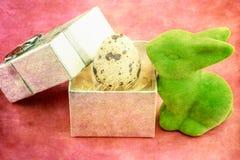 Coniglietto di pasqua verde con l'uovo di quaglia Fotografia Stock Libera da Diritti