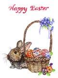 Coniglietto e canestro di pasqua con le uova con i fiori tradizionali della pittura, del pulcino e della molla: viole del pensier Fotografie Stock Libere da Diritti