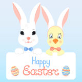 Coniglietto e un pulcino con le orecchie di coniglio Pasqua felice Immagine Stock