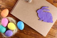 Coniglietto ed uova di pasqua immagini stock