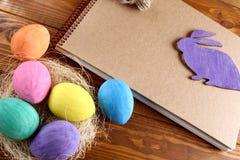 Coniglietto ed uova di pasqua fotografia stock libera da diritti