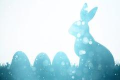 Coniglietto ed uova di pasqua sul prato immagine stock