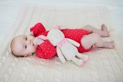 Coniglietto farcito tenuta della neonata Immagine Stock Libera da Diritti