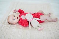 Coniglietto farcito tenuta della neonata Fotografia Stock Libera da Diritti