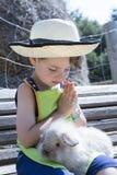 Coniglio accarezzante del ragazzo dell'azienda agricola Fotografia Stock Libera da Diritti