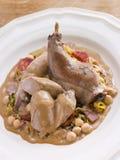 Coniglio arrostito con i ceci e la salsa di Cabrales Fotografie Stock