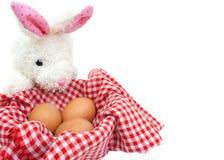 Coniglio bianco con le uova su fondo bianco Fotografia Stock