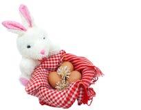 Coniglio bianco con le uova su fondo bianco Fotografie Stock