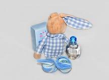 Coniglio con la bottiglia di profumo Fotografia Stock