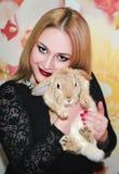 Coniglio del pigmeo e della ragazza Immagine Stock