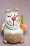 Coniglio di Felted con la carota Fotografie Stock Libere da Diritti