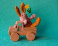 Coniglio di Teddy Easter con il tulipano sul viaggio Immagine Stock