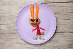 Coniglio di verdure divertente fatto sul piatto e sulla tavola Fotografie Stock