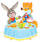 Coniglio e Fox alla tabella Fotografia Stock