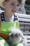 Coniglio e ragazzo bianchi dell'azienda agricola dei giovani Fotografia Stock Libera da Diritti