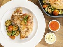 Coniglio marinato e verdura arrostita - pomodori e zucchini Vista superiore Fotografia Stock