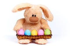 Coniglio molle farcito con le uova dipinte luminose variopinte immagine stock libera da diritti
