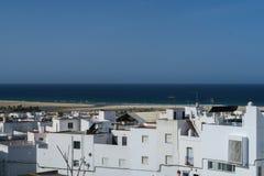 Conil de la弗隆特里,南部的西班牙镇老镇的白色大厦  免版税库存图片