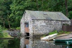 CONISTON WATER, MEER DISTRICT/ENGLAND - 21 AUGUSTUS: Oude Boathous royalty-vrije stock afbeeldingen