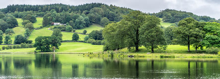 CONISTON woda, jezioro DISTRICT/ENGLAND - SIERPIEŃ 21: Ampuła dom Fotografia Royalty Free