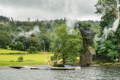 CONISTON woda, jezioro DISTRICT/ENGLAND - SIERPIEŃ 21: Stary Boathous Obrazy Royalty Free