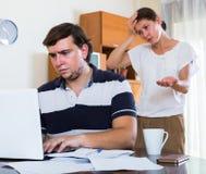 Conjoint et personne fâchés avec la dépendance d'Internet Photo stock
