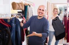 Conjoints achetant des paires de jeans classiques dans la boutique Images stock
