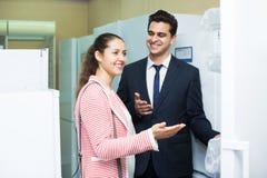 Conjoints achetant le réfrigérateur ménager Image libre de droits