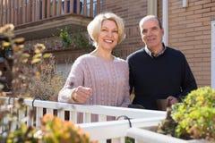 Conjoints pluss âgé dans le patio Photographie stock libre de droits