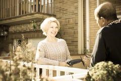 Conjoints pluss âgé dans le patio Photos stock