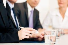 Conjoncture économique - équipe lors du contact Photo stock