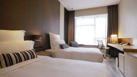 Conjugaal bed binnen de hotelruimte stock videobeelden