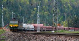 Conjuguent la locomotive eletric avec l'approvisionnement d'alimentation CC de 3000 V photos stock