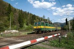 Conjuguent la locomotive eletric avec l'approvisionnement d'alimentation CC de 3000 V photographie stock