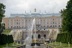 Conjunto arquitetónico do parque de Peterhof fotografia de stock royalty free