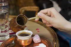 Conjunto bosnio del coffe que completa taza del coffe Imagenes de archivo
