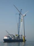 Conjunto da turbina de vento a pouca distância do mar Fotografia de Stock Royalty Free