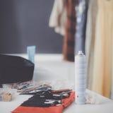 Conjunto de accesorios profesionales del maquillaje en lugar de trabajo del visagiste Foto de archivo