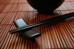 Conjunto de cena asiático - palillos y tazón de fuente Fotografía de archivo libre de regalías