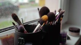 Conjunto de cepillos profesionales del maquillaje almacen de metraje de vídeo