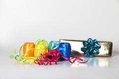 Conjunto de cintas coloridas y de un regalo de la Navidad Imagen de archivo libre de regalías